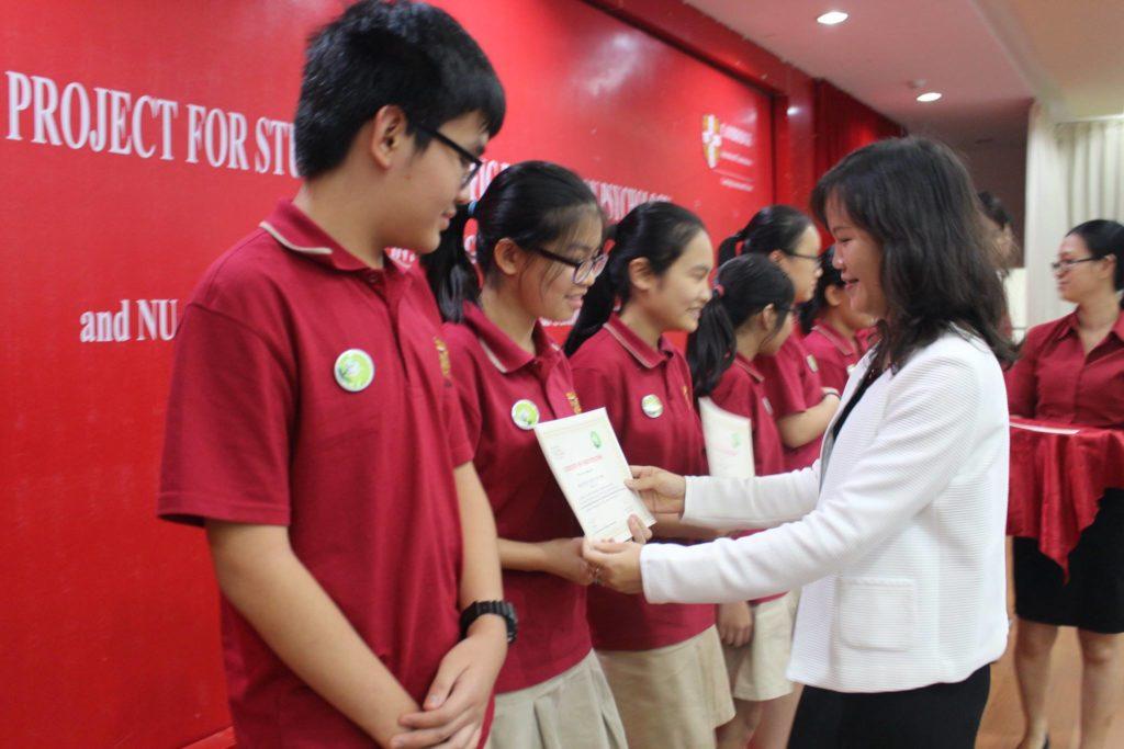 Hiệu trưởng cơ sở HVT Phạm Thanh Hà trao giấy khen cho các em học sinh tham gia dự án