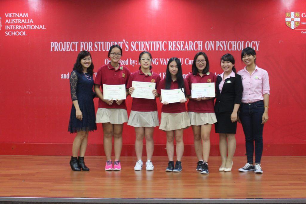 Chi hội trưởng NCTT trao giải thưởng cho các em học sinh